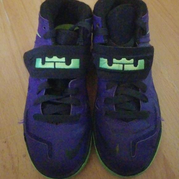 newest 4b97f d3a10 Kids Lebron James Nike Soldier 7 Court. M 5aca06a4c9fcdf7a49234f0e